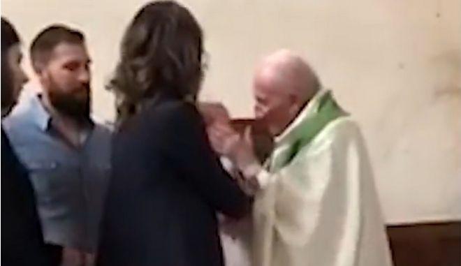 Ιερέας... χαστούκισε μωρό σε βαφτίσια