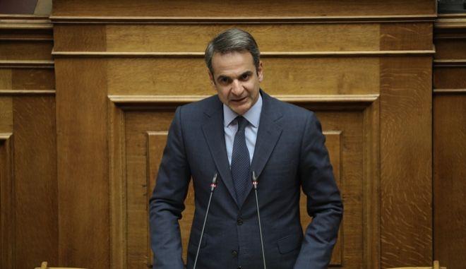 Ο Κυριάκος Μητσοτάκης στο βήμα της Ολομέλειας.