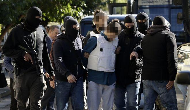 Μέτρα ασφαλείας στα δικαστήρια της οδού Ευελπίδων από την Ελληνική Αστυνομία την Κυριακή 29 Οκτωβρίου 2017. Ο 29χρονος που φέρεται να σχετίζεται με την αποστολή φακέλων με εκρηκτικούς μηχανισμούς στον πρώην πρωθυπουργό Λουκά Παπαδήμο αλλά και σε αξιωματούχους της Ευρωπαϊκής Ένωσης, οδηγήθηκε στα δικαστήρια της Ευελπίδων για συμπληρωματική δίωξη, αναφορικά με τα ευρήματα που εντοπίστηκαν στο σπίτι του στην πλατεία Αττικής και αφού παρουσιάστηκε στο Εφετείο ενώπιον του ειδικού εφέτη ανακριτή για να εκτελεστεί το ένταλμα σύλληψης. Όπως έγινε γνωστό, κατά τη σύλληψή του  εξερχόμενος από πολυκατοικία, όπου είχε νοικιάσει διαμέρισμα με τη χρήση πλαστών στοιχείων ταυτότητας, έφερε 3 ταξιδιωτικούς σάκους, τσαντάκι μέσης και σακούλα σκουπιδιών, που μεταξύ άλλων περιείχαν 8 πλαστές ταυτότητες, όπλα, εκρηκτική ύλη. κ.α. (EUROKINISSI)