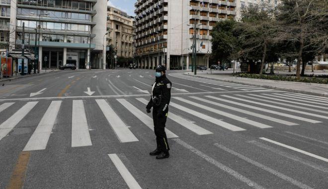 Έλεγχοι από αστυνομικούς σε πολίτες για την εφαρμογή των πρόσθετων μέτρων με απαγόρευση κυκλοφορίας