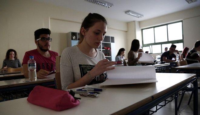 Μαθητές στο 46ο Λύκειο Αθηνών στα Εξάρχεια στην έναρξη των Πανελλαδικών Εξετάσεων