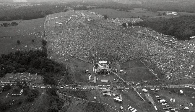 Περίπου 400.000 άνθρωποι έδωσαν το παρών στο πρώτο Γούντστοκ, στα βουνά Catskill βόρεια της ΝΥ, το 1969