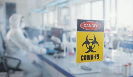 Ερευνητές σε εργαστήριο για Covid-19
