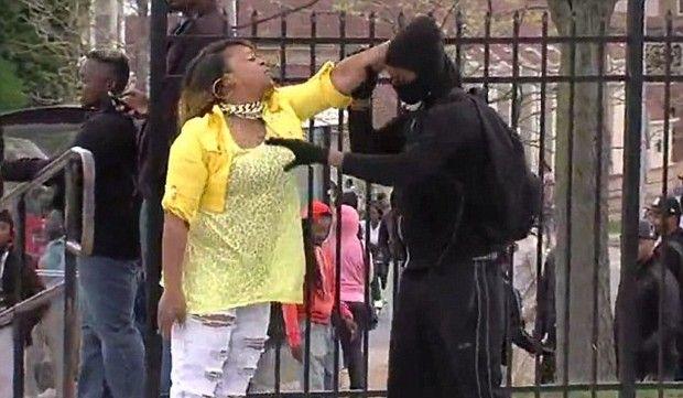 Επικό βίντεο: Μάνα κουκουλοφόρου τον 'σπάει' στο ξύλο γιατί πήρε μέρος σε επεισόδια