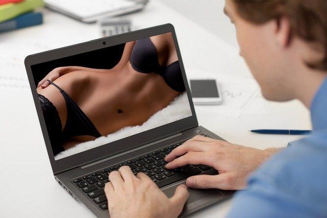 Μοντέλα που ποζάρουν γυμνό