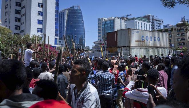 Υποστηρικτές του Πρωθυπουργού φωνάζουν συνθήματα κατά του πολιτικού του αντιπάλου Jawar Mohammed