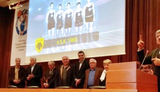 O Κικίλιας βράβευσε την ομάδα μπάσκετ της ΑΕΚ του 1968
