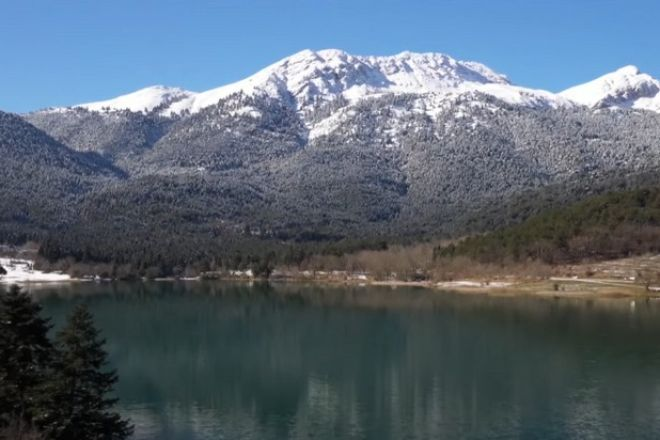 Χιονισμένα Τρίκαλα Κορινθίας και Λίμνη Δόξα