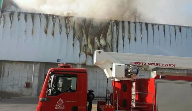 Φωτιά σε εργοστάσιο της Sunlight στην Κομοτηνή