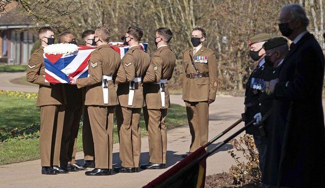 Εικόνα από την κηδεία του Κάπτεν Τομ Μουρ