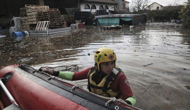Δύο νεκροί και δύο αγνοούμενοι από τις πλημμύρες στην Ιταλία