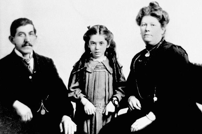 Η 7χρονη Eva Hart και η μητέρα της Esther Hart επέζησαν, ωστόσο, ο πατέρας, Benjamin, δεν τα κατάφερε. (AP Photo/Press Association)