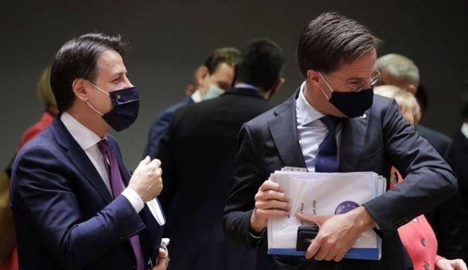 O Ιταλός πρωθυπουργός Τζουζέπε Κόντε με τον Ολλανδό πρωθυπουργό Μάρκ Ρουτε