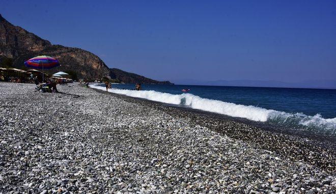 Εικόνα από την παραλία Πλάκα του Λεωνιδίου