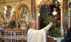 Ο ιερέας σε εκκλησία της Χίου που συνελήφθη γιατί έκανε λειτουργία με ανοιχτές πόρτες
