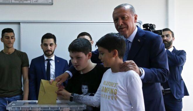 Ο Ρετζέπ Ταγίπ Ερντογάν άσκησε το εκλογικό του δικαίωμα σε σχολείο στο Σκουτάρι της Κωνσταντινούπολης