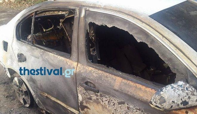 Θεσσαλονίκη: Στις φλόγες τρία οχήματα έξω από το βουλγαρικό προξενείο