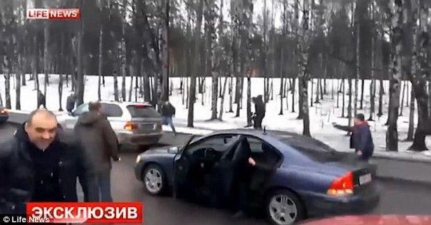 Βίντεο: Ανταλλαγή πυρών στη μέση του δρόμου ενώ οι περαστικοί κοιτούν σαν να μη συμβαίνει τίποτα