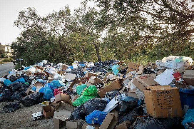 Σκουπίδια στο δρόμο Ρόδας - Αχαράβης στην βόρεια Κέρκυρα, την Δευτέρα 2 Ιουλίου 2018.