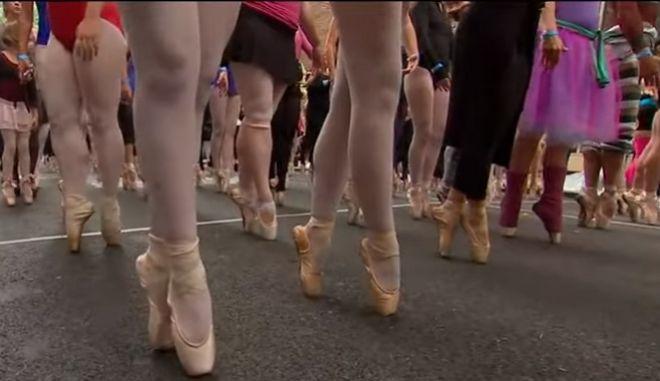 Η Κέλι Ρίπα μαζί με 305 χορευτές κατέρριψαν το ρεκόρ Γκίνες ισορροπίας στις μύτες των δαχτύλων
