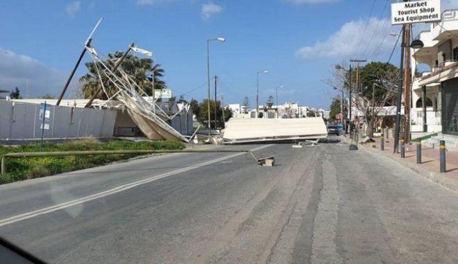 """Κακοκαιρία: """"Ξήλωσε"""" ολόκληρο στέγαστρο η μανία του αέρα στην Κρήτη"""