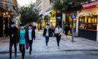 Έφηβοι περπατούν στην Αθήνα κατά τη διάρκεια του lockdown