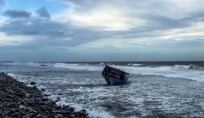 Βάρκα που χρησιμοποιήθηκε από μετανάστες σε παραλία της Ισπανίας