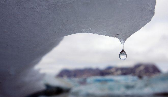 Παγόβουνο λιώνει στη Γροιλανδία