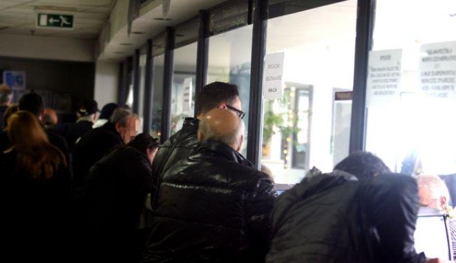 Ουρές σήμερα στις εφορίες,για τις τελευταίες εκκρεμότητες των πολιτών,κατάθεση τελών κυκλοφορίας,ΦΑΠ,ΦΠΑ κλπ καθώς σήμερα και άυριο είναι οι τελευταίες εργάσιμες ημέρες του χρόνου,Δευτέρα 30 Δεκεμβρίου 2013 (EUROKINISSI/ΤΑΤΙΑΝΑ ΜΠΟΛΑΡΗ)