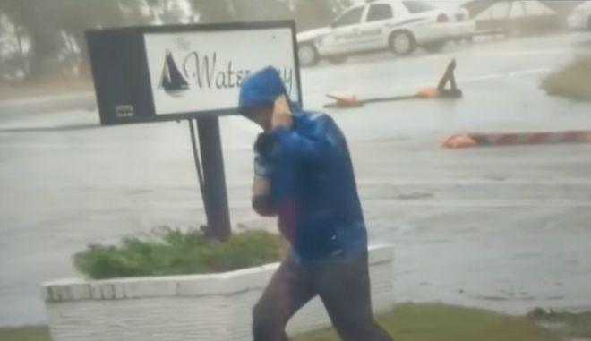 Ρεπόρτερ δεν μπορεί να σταθεί όρθιος στον τυφώνα Φλόρενς ενώ πίσω του περπατούν απτόητοι