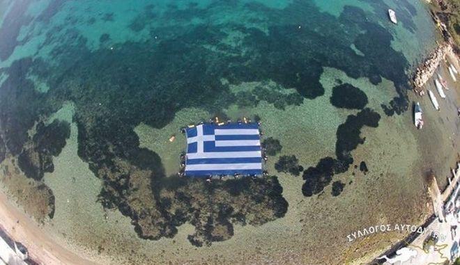 Γιόρτασαν την 25η Μαρτίου με την μεγαλύτερη ελληνική σημαία υποβρυχίως
