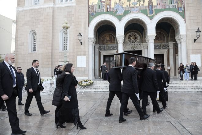Η Αλίκη Κατσαβού, σύζυγος του Βουτσά, στην κηδεία