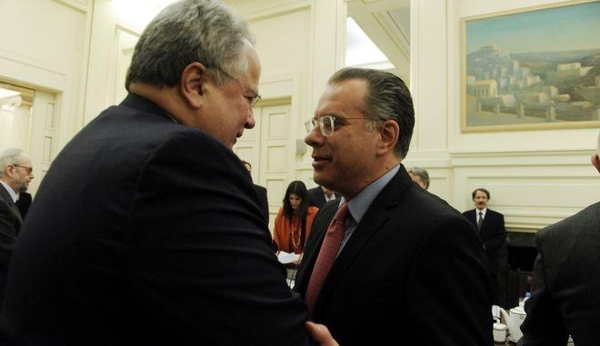 Ο Νίκος Κοτζιάς και ο Γιώργος Κουμουτσάκος κατά τη δεύτερη για φέτος συνεδρίαση του Εθνικού Συμβουλίου Εξωτερικής Πολιτικής με αποκλειστικό θέμα το Κυπριακό