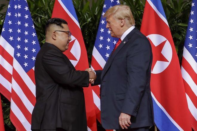 Η ιστορική χειραψία των δύο ηγετών