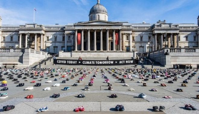 """Οι ακτιβιστές """"Extinction Rebellion"""" τοποθέτησαν 2.000 ζευγάρια παπούτσια στην Πλατεία Τραφάλγκαρ"""