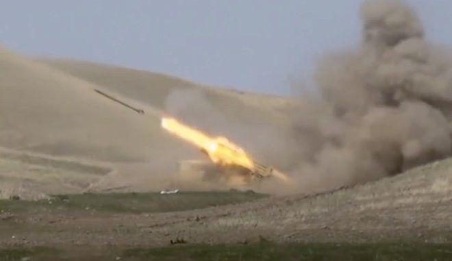 Εικόνα του υπουργείου Άμυνας του Αζερμπαϊτζάν με πύραυλο να εκτοξεύεται εναντίον των δυνάμεων της αυτονομιστικής περιοχής του Ναγκόρνο-Καραμπάχ