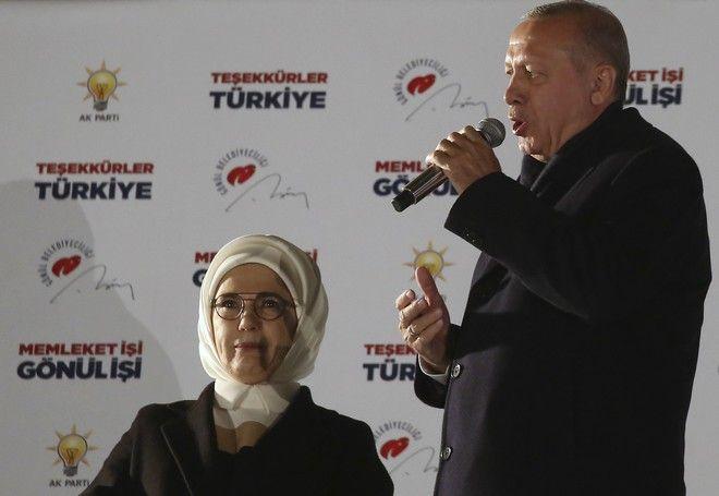 H Eμινέ Ερντογάν, δίπλα στο σύζυγο της, τον Απρίλιο του 2019, μετά τη νίκη του υποψηφίου του κόμματος του, για τη Δημαρχία της Άγκυρας.