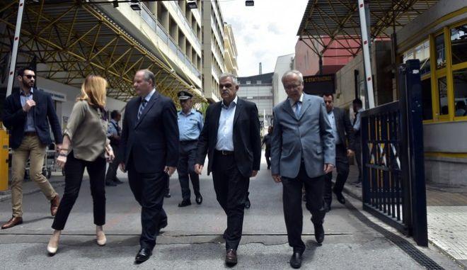 """Ο υπουργός Δημόσιας Τάξης και Προστασίας του Πολίτη, Νίκος Τόσκας στο νοσοκομείο """"Ευαγγελισμός"""", το Σάββατο 27 Μαΐου 2017, όπου επισκέφθηκε τον πρώην πρωθυπουργό, Λουκά Παπαδήμο που παραμένει νοσηλευόμενος μετά την τρομοκρατική επίθεση εναντίον του με παγιδευμένη επιστολή. (EUROKINISSI/ΤΑΤΙΑΝΑ ΜΠΟΛΑΡΗ)"""