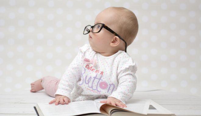Ένα πανέξυπνο μωράκι διαβάζει το βιβλίο του