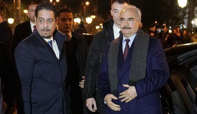 Ο επικεφαλής του Λιβυκού Εθνικού Στρατού (LNA), Χαλίφα Χαφτάρ (Δ), κατά την άφιξή του στην Αθήνα.