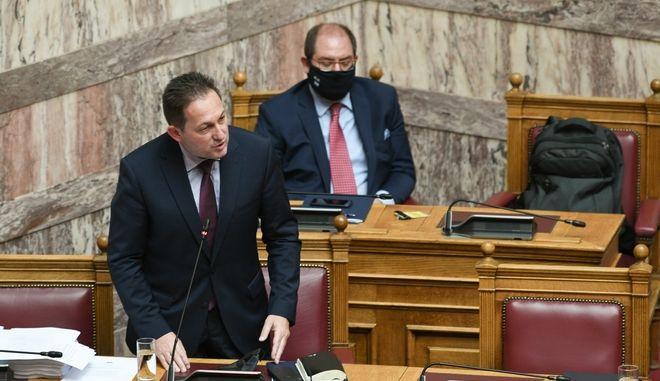 Ο Στέλιος Πέτσας κατα τη συζήτηση στη Βουλή.