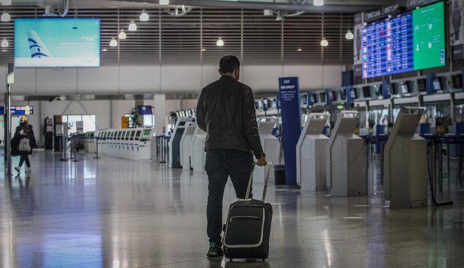 """Ταξιδιώτης στο Αεροδρόμιο """"Ελευθέριος Βενιζέλος"""""""