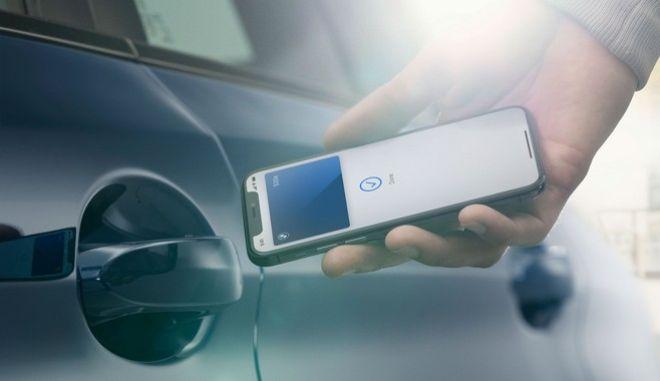 Η Apple ανακοίνωσε τη συνεργασία της με την BMW, ως την πρώτη κατασκευάστρια αυτοκινήτων που 'επιτρέπει' στα τελευταία μοντέλα της να ξεκλειδώνουν, να κλειδώνουν και να βάζουν μπροστά μέσω των iPhone και των Apple Watch.