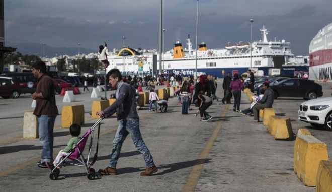 Refugees and migrants are stranded at the port of Piraeus, in Piraeus, on March 28 , 2016 /        ,  ,  28  , 2016