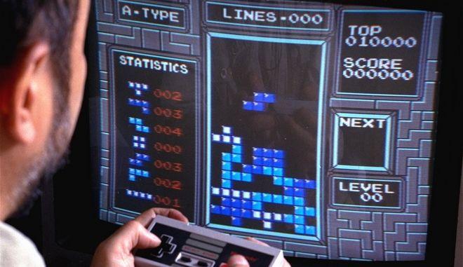 Gamer επιδίδεται σε μια πατρίδα Tetris