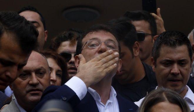 Ο Εκρέμ Ιμάμογλου ευχαριστεί τους ψηφοφόρους που τον ανέδειξαν δήμαρχο Κωνσταντινούπολης