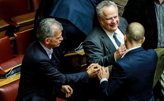 Στιγμιότυπο από την ψήφο εμπιστοσύνης στην κυβέρνηση. Σπύρος Δανέλλης και Γιώργος Αμυράς και Νίκος Κοτζιάς έκαναν το δικό τους πηγαδάκι.