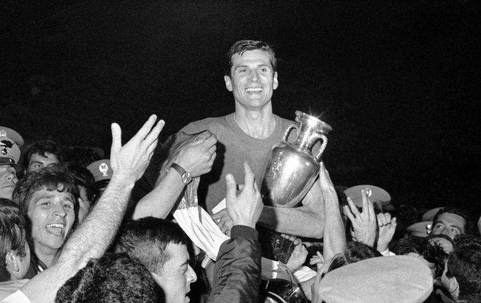 Ο αρχηγός της Εθνικής Ιταλίας, Τζιασίντο Φακέτι, με το τρόπαιο του Euro του 1968, στους ώμους των φιλάθλων ύστερα από τον τελικό με τη Γιουγκοσλαβία στη Ρώμη (10/6/1968).