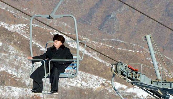 Ο Κιμ Γιονγκ Ουν απειλεί, εκτελεί και τώρα πάει για σκι