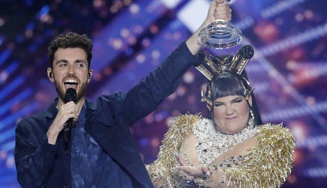 O Ντάνκαν Λόρενς νικητής για την Ολλανδία της Eurovision στο Τελ Αβίβ παραλαμβάνει το βραβείο από την περσινή θριαμβεύτρια Νέτα